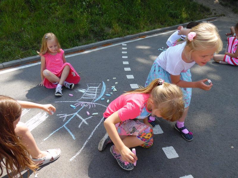 dzieci na boisku rysują